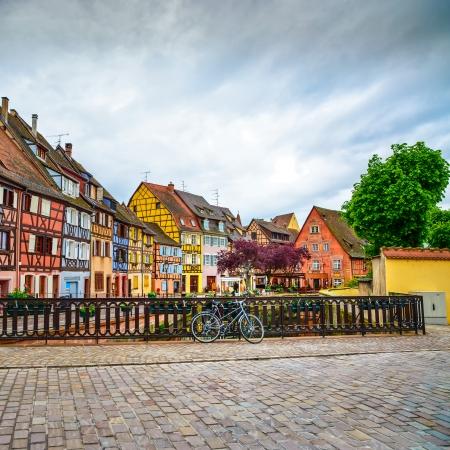 Colmar, Petit Venedig, bro på vatten kanalen, cykel och traditionella färgglada hus Alsace, Frankrike Stockfoto