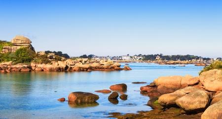 Ploumanach, rock et plage de la baie le matin Virage côte de granit rose, Perros Guirec, Bretagne, France L'exposition à long Banque d'images - 22672604
