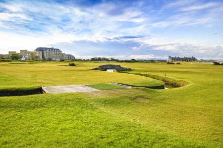 Golf St Andrews Old Course enlaces, calle y puente de piedra en el agujero 18 de Fife, Escocia, Reino Unido, Europa Foto de archivo - 22672608