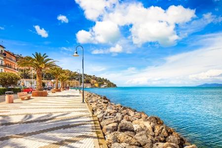 Paseo marítimo Promenade o explanada en Porto Santo Stefano puerto, Monte Argentario, Toscana, Italia