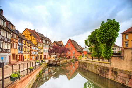 Colmar, Petit Venise, canal d'eau et des maisons colorées traditionnel Alsace, France L'exposition à long Banque d'images - 24027033