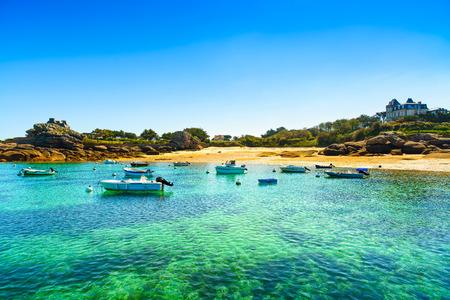 Tregastel, barca nella piccola baia di costa di granito rosa e l'Oceano Atlantico Costa d'Armor, Bretagna, Francia Europa