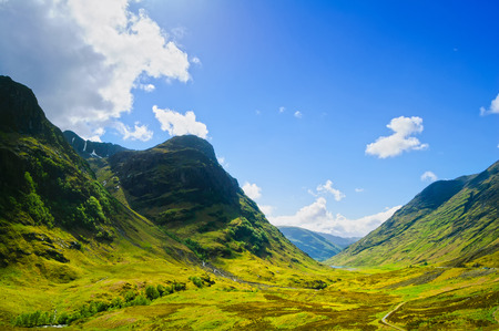Glencoe y Glen Coe montañas y pase, vista panorámica del paisaje en Lochaber, Higlands, Escocia Reino Unido Foto de archivo