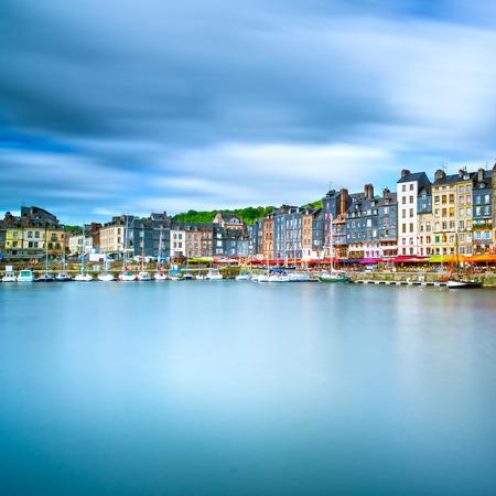 オンフルール有名な村港スカイラインと水反射ノルマンディー、フランス、ヨーロッパの長時間露光
