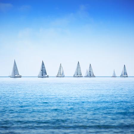 deportes nauticos: Yate de vela barco o velero grupo racial regata en el mar o el agua del océano Vista panorámica Foto de archivo