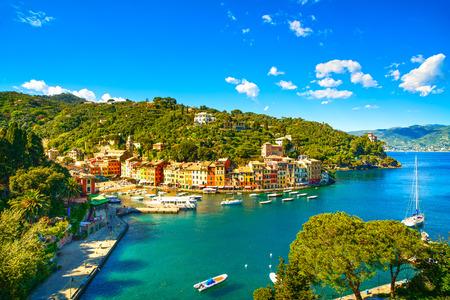 포르토 피노의 럭셔리 랜드 마크 공중 파노라마보기 마을과 작은 베이 요트 리구 리아, 이탈리아 항구