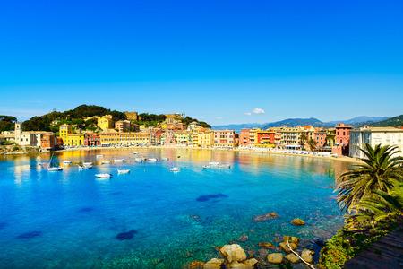 아침 리구 리아, 이탈리아 세스 트리 레반테 침묵 베이 또는 바이아 델 Silenzio 바다의 항구와 해변보기