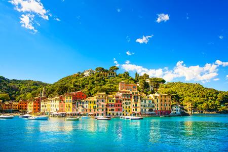 ポルトフィーノ高級ランドマーク パノラマ村と小さな湾港リグーリア州イタリアのヨット
