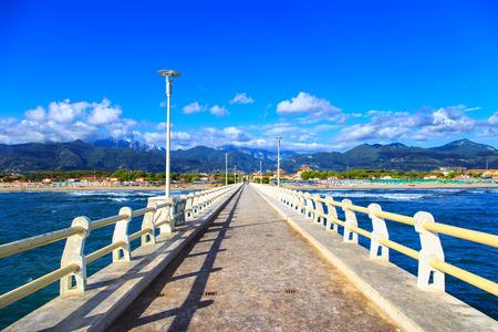부두 보도 산책로, 포르테 데이 마르미 베르 실리아 토스카나 이탈리아 해변과 Apuane 산 스톡 콘텐츠
