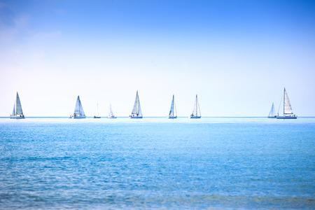 세일링 보트 요트 또는 요트 그룹 바다 또는 바다 물 레 가타 경주 파노라마보기 스톡 콘텐츠