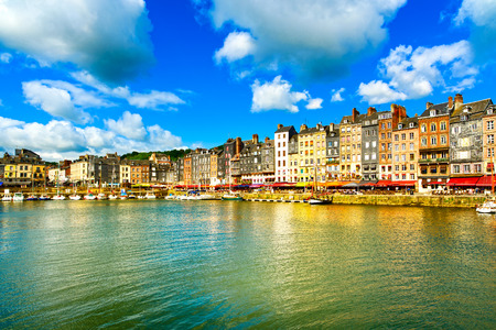 Honfleur 유명한 마 항구 스카이 라인과 물. 노르망디, 프랑스, 유럽.