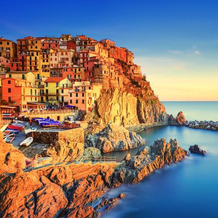 석양에 Manarola 절벽 바위에 마을과 바다. 다섯 땅에서, 바다, 친퀘 테레 (Cinque Terre) 국립 공원, 리구 리아 이탈리아 유럽. 광장 형식입니다. 긴 노출