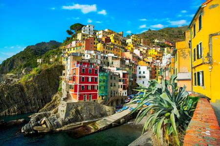석양 Riomaggiore 부근 절벽 바위에 마을과 바다입니다. 다섯 땅에서, 바다, 친퀘 테레 (Cinque Terre) 국립 공원, 리구 리아 이탈리아 유럽. 긴 노출