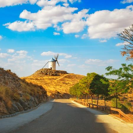 don quijote: Molinos de viento de Don Quijote y Cervantes carretera en Consuegra. Castilla La Mancha, Espa�a, Europa Foto de archivo