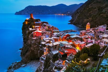 의 Vernazza 마을, 일몰에 공중보기, 다섯 땅에서 바다, 친퀘 테레 (Cinque Terre) 국립 공원, 리구 리아 이탈리아 유럽. 긴 노출.