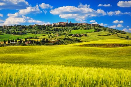 토스카 봄 피엔 이탈리아어 중세 마을. 시에나 이탈리아. 스톡 콘텐츠