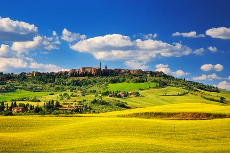 paisaje rural: Primavera Toscana, Pienza pueblo medieval italiano. Siena, Italia.