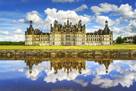 Chateau de Chambord, koninklijk middeleeuws Frans kasteel en reflectie. Loire-vallei, Frankrijk, Europa. UNESCO-erfgoed.