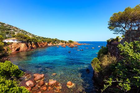 Esterel mediterranean red rocks coast, beach and sea. French Riviera in Cote d Azur near Saint Raphael, Provence, France, Europe. Foto de archivo