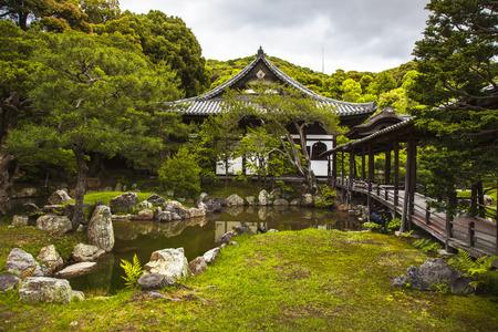 templo: Templo sintoísta detalle budista y jardín en Kyoto, Japón, Asia