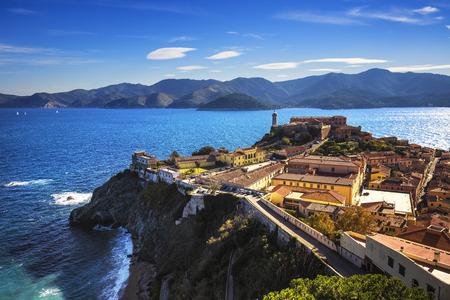 Eiland Elba, Portoferraio vanuit de lucht bekijken. Vuurtoren en fort. Toscane, Italië, Europa. Stockfoto - 47648007