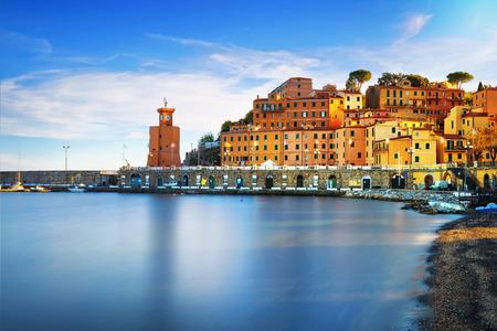 엘바 아일랜드, 리오 마리나 마 베이입니다. 베이 해변 및 등 대입니다. 긴 노출, 토스카나, 이탈리아, 유럽.