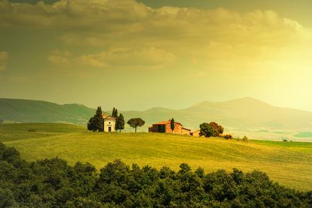 cappella: Toscana, paisaje italiano rural, Vitaleta capilla, pequeña iglesia en la Val d'Orcia, Italia Foto de archivo