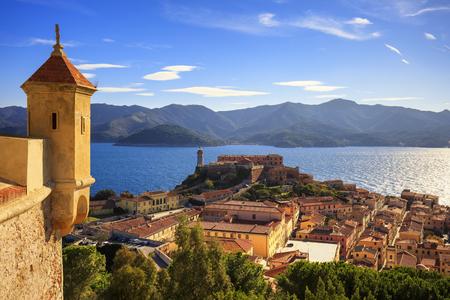 엘바 섬, Portoferraio 요새에서 공중보기입니다. 등 대와 요새입니다. 투 스 카 니, 이탈리아, 유럽.