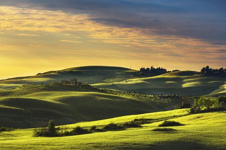 トスカーナの春、ローリング ・ ヒルズの日没。農村の風景です。緑の野原と農地。ヴォルテッラ イタリア、ヨーロッパ