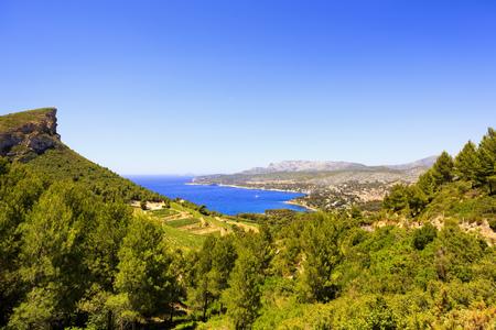 le cap: bahía de cassis y el mar en la Costa Azul de la ruta de las Crestas carretera escénica. Costa Azul, Provenza, Francia, Europa.