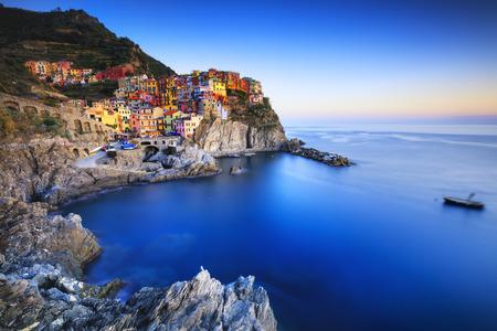 Manarola Dorf auf Klippe Felsen und Meer bei Sonnenuntergang., Meerlandschaft in fünf Ländern, Nationalpark Cinque Terre, Ligurien Europa. Langzeitbelichtung