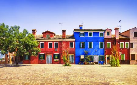Venice oriëntatiepunt, Burano eiland plein, boom en kleurrijke huizen, Italië, Europa. Stockfoto