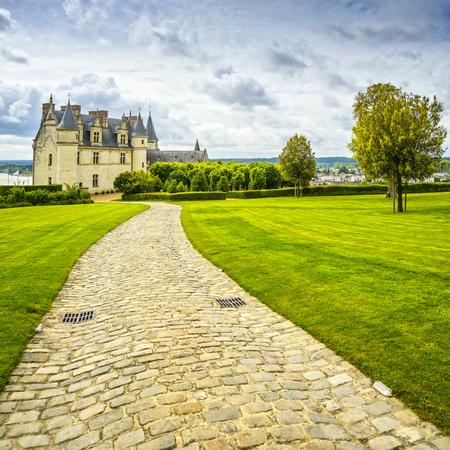 샤토 드 Amboise 중세 성, 레오나르도 다빈치의 무덤. 정원 및 foothpath입니다. 루 아르 계곡, 프랑스, 유럽입니다.
