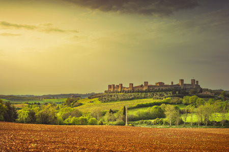 Monteriggioni middeleeuwse versterkte stad met stadsmuren en torens in Chianti-gebied, Siena, Toscane. Italië Europa. Uitzicht op de zonsondergang.