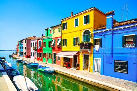 case colorate: Venice landmark, Burano island canal, colorful houses and boats, Italy. Long exposure photography