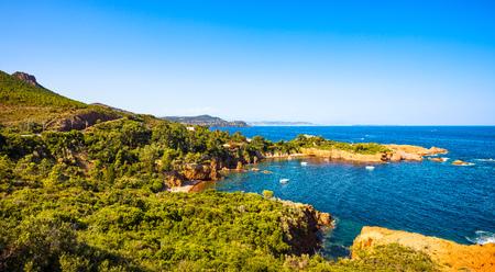 Esterel mediterráneo rocas rojas costa, playa y mar. Riviera francesa en Cote d Azur cerca de Cannes, Provence, Francia, Europa. Foto de archivo