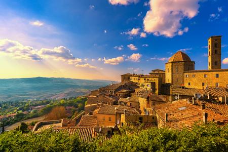 Toscane, Volterra stadshorizon, kerk en panoramamening op zonsondergang. Maremma, Italië, Europa Stockfoto