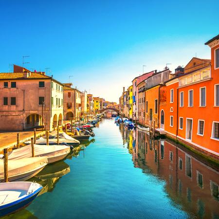 Chioggia-stad in Venetiaanse lagune, waterkanaal en kerk. Veneto, Italië, Europa Stockfoto