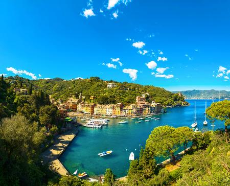 Vue panoramique aérienne de luxe Portofino. Village et yacht dans le petit port de la baie. Ligurie, Italie Banque d'images