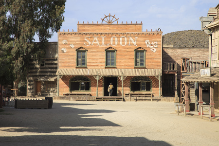 TABERNAS DESERT, ALMERIA ANDALUSIA / SPAIN - SEPTEMBER 18, 2011: Saloon movie location set for spaghetti western in desert, in spanish Desierto de Tabernas. Protected wilderness area. Europe Banque d'images - 96882421