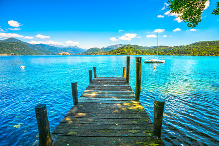 Orta Lake landscape. Wooden pier or jetty and Orta San Giulio village and island, Piedmont, Italy, Europe. Banco de Imagens