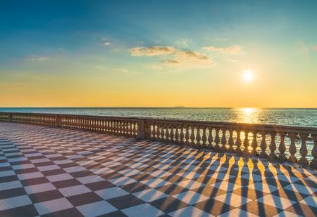 Mascagni Terrazza terraza mirador frente al mar al atardecer. Livorno Toscana Italia Europa.