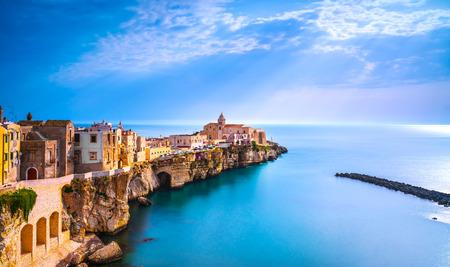Ville de Vieste sur les rochers, péninsule du Gargano, Pouilles, sud de l'Italie, l'Europe.