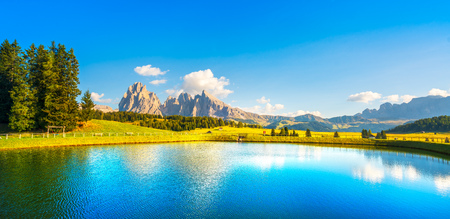 Lake and mountains at sunset, Alpe di Siusi or Seiser Alm, Dolomites Alps Sassolungo and Sassopiato, Trentino Alto Adige Sud Tyrol, Italy, Europe Foto de archivo - 116559448