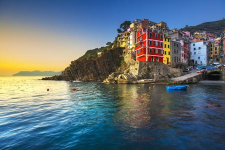 Paisaje de la ciudad, el cabo y el mar de Riomaggiore al atardecer. Paisaje marino en el Parque Nacional de Cinque Terre, Liguria Italia Europa. Foto de archivo