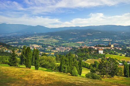Mittelalterlicher Dorf- und Schlosspanoramablick Poppi. Casentino Arezzo, Toskana Italien Europa. Standard-Bild