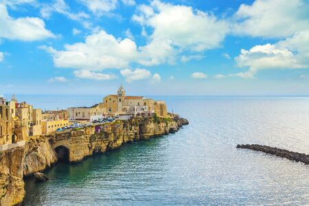 Vieste town on the rocks, Gargano peninsula, Apulia, southern Italy, Europe. Imagens