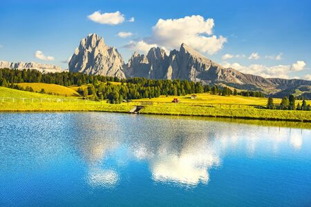 Lago y montañas al atardecer, Alpe di Siusi o Seiser Alm, Alpes Dolomitas Sassolungo y Sassopiato, Trentino Alto Adige Sud Tyrol, Italia, Europa Foto de archivo