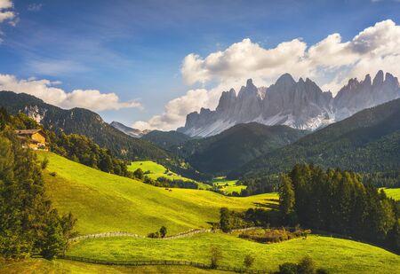 Vista aerea della Val di Funes e montagne delle Odle, Alpi Dolomitiche. Trentino Alto Adige Sud Tirolo, Italia, Europa