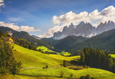 Widok z lotu ptaka na dolinę Funes i góry Odle, Alpy Dolomity. Trentino Alto Adige Południowy Tyrol, Włochy, Europa